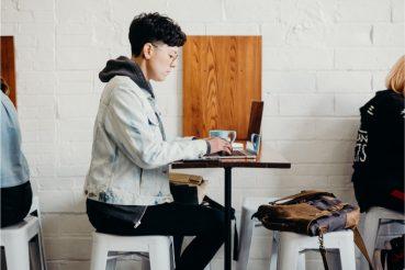 zzp'er aan het werk in cafe